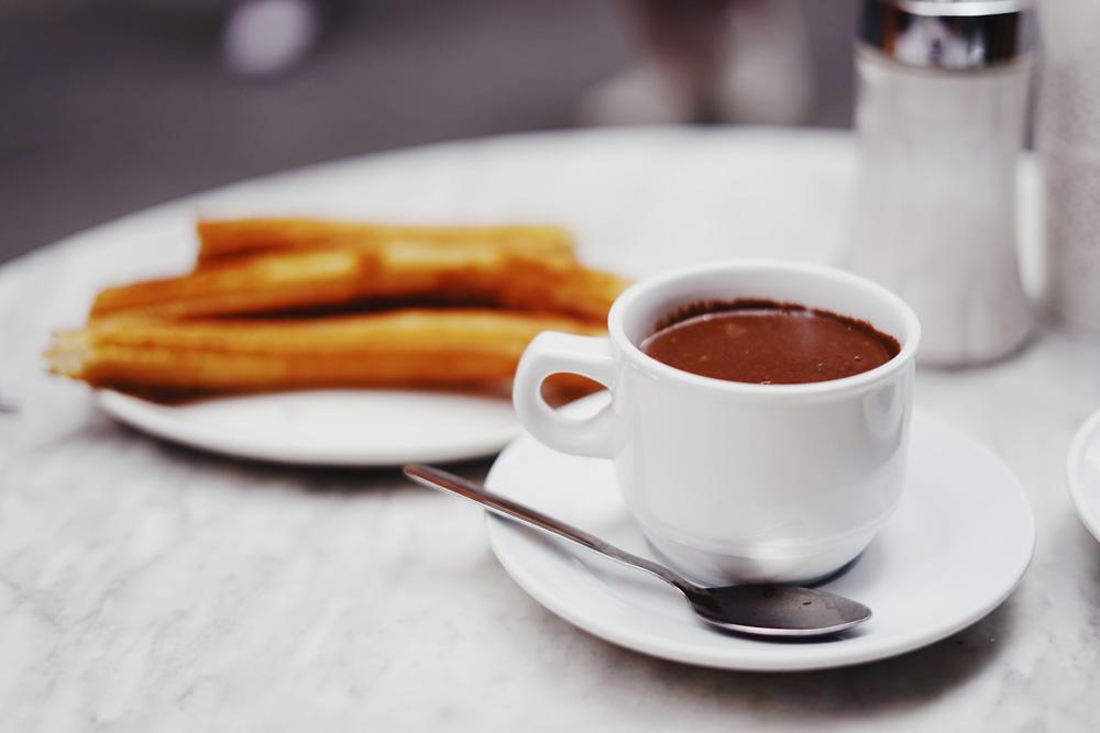 Hay algo mejor que un desayuno español en el centro de Berlín? Arranca el  día de la mejor manera con los churros con chocolate  El Colmado